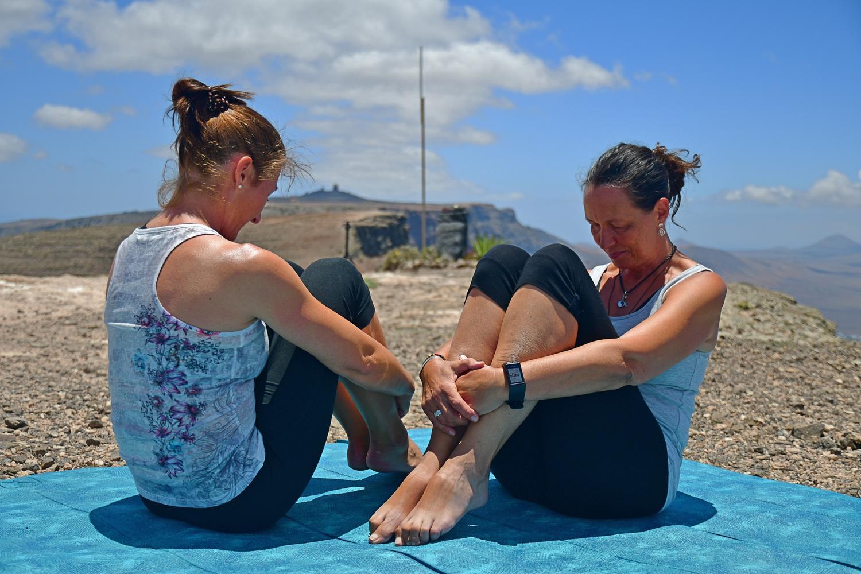 Pilates und Stretching nach Liebscher&Bracht hilft bei steifen Nacken. Einzeltraining und Gruppentraining in Lanzarote mit Pilates-Trainerin Bettina Strauss - studio of movement